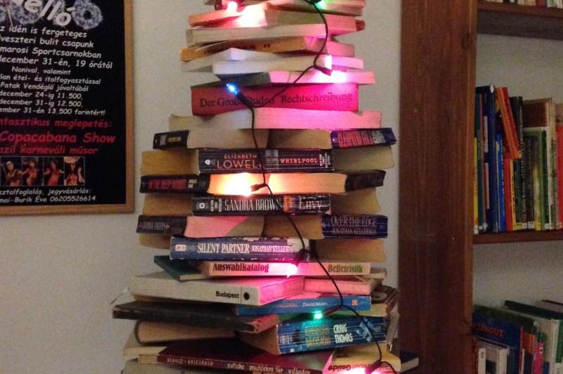 Óriási, színes karácsonyfa a Könyvtárban