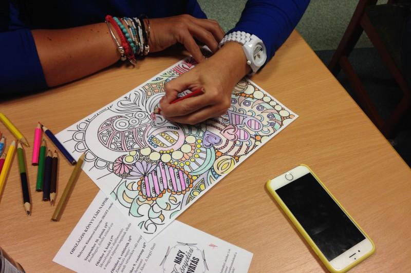 Jó program, kiváló hangulat: több órás színezés a könyvtárban