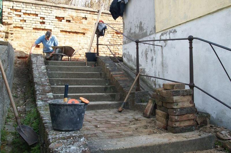 Startos csapatunk felújítja a templomhoz vezető lépcsőt