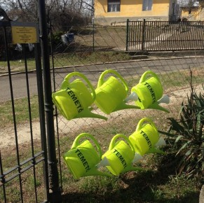 Új locsolóedények és vízcsap a temetőben