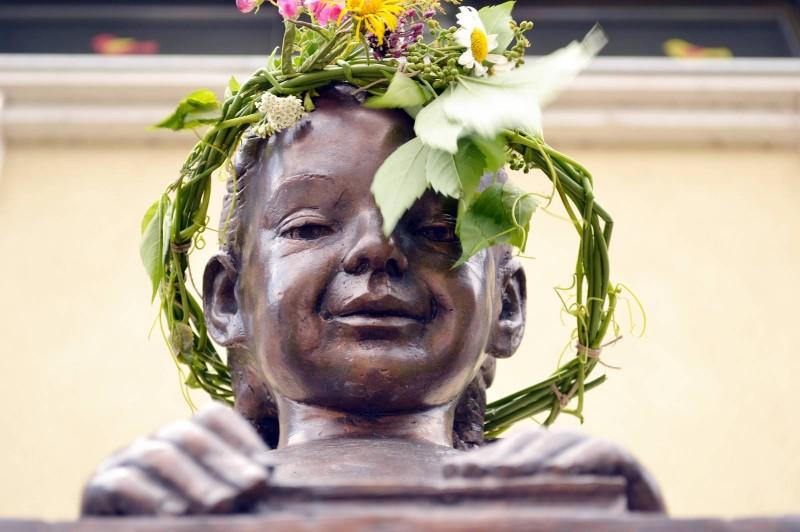 A szobor neve: Rézi – a Nyárköszöntő sváb napok képei