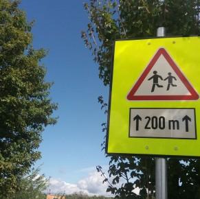 Új közlekedési táblák a suli és az ovi előtt