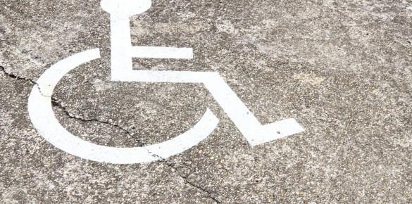 Új mozgássérült parkolóhely a rendelőnél