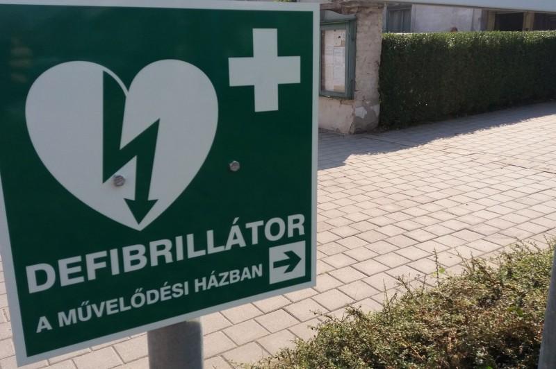 Táblák jelölik, hol találhatunk defibrillátort Kismaroson
